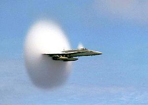 Un F/A-18 Hornet rompiendo la barrera del sonido.